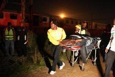 <p>Спасатели перевозят раненого пассажира, пострадавшего в железнодорожной катастрофе в Соуэто, 19 мая 2011 года. Более 640 человек пострадали в результате железнодорожной аварии, произошедшей в четверг ночью в поселении на окраине Йоханнесбурга, сообщили местные СМИ со ссылкой на аварийно-спасательные службы. REUTERS/Stringer</p>
