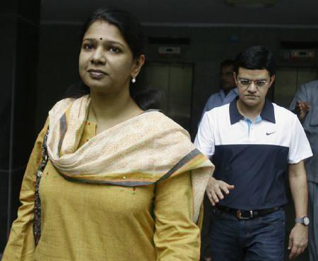 Kanimozhi (L), a lawmaker and daughter of M. Karunanidhi, former chief minister of Tamil Nadu and chief of the Dravida Munnetra Kazhagam (DMK) party and Kalaignar TV managing director Sharad Kumar depart for court from their residence in New Delhi May 20, 2011. REUTERS/Stringer