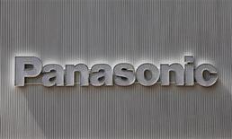 <p>Foto de archivo del logo de Panasonic en una tienda de artículos electrónicos en Tokio, abr 28 2011. El presidente de Panasonic dijo el viernes que el actual ejercicio fiscal será extremadamente difícil para el gigante de la electrónica, ya que el devastador terremoto en Japón tendrá un efecto sobre sus ventas hasta septiembre. REUTERS/Kim Kyung-Hoon</p>