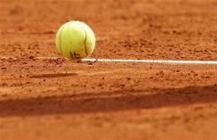 <p>Теннисный мяч на корте в Монте-Карло, 13 апреля 2010 года. Первая двадцатка рейтинга сильнейших теннисистов планеты по версии ATP претерпела минимальные изменения за прошедшую неделю, а среди россиян наибольший подъем удался Игорю Куницыну. REUTERS/Regis Duvignau</p>