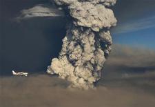 <p>Самолет пролетает мимо облака вулканического пепла от исландского вулкана Гримсвотн, 21 мая 2011 года. Десятки авиарейсов в Шотландии отменены во вторник из-за облака вулканического пепла, образовавшегося после извержения исландского вулкана Гримсвотн. REUTERS/Olafur Sigurjonsson</p>