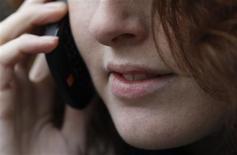 <p>A partir de mercredi, changer d'opérateur de téléphonie mobile en un jour ouvrable sans perdre son numéro deviendra un droit dans l'Union Européenne, qui protègera également mieux les données personnelles des utilisateurs d'internet. /Photo d'archives/REUTERS/Luke MacGregor</p>