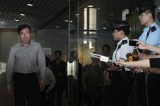 <p>Feng shui master Tony Chan Chun-chuen (L) is seen leaving the Eastern Law Court in Hong Kong May 26, 2011. REUTERS/Tyrone Siu</p>
