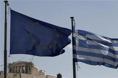 <p>A European Union (L) and Greek flag wave in front of the Parthenon temple in Athens April 11, 2011. REUTERS/John Kolesidis</p>