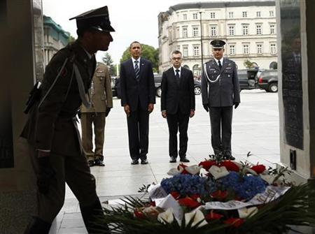 U.S. President Barack Obama takes part in a wreath laying ceremony at the Tomb of the Unknown Soldier during his visit to Warsaw, Poland May 27, 2011. Obama is on the final leg of a four-nation visit to Europe. REUTERS/Kevin Lamarque