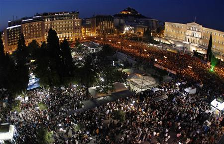 Protesters gather during a rally against a new austerity package at Constitution (Syntagma) square in Athens May 29, 2011. REUTERS/John Kolesidis
