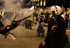 <p>Беспорядки в Белграде во время митинга в поддержку Ратко Младича 29 мая 2011 года. Сербские власти задержали 180 человек, напавших на полицейских и ранивших 32 из них во время протестов против ареста генерала Ратко Младича, сообщила представитель министерства внутренних дел в понедельник. REUTERS/Marko Djurica</p>