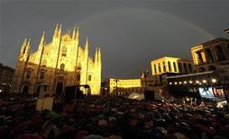 <p>Immagine del concerto per il canddato del centrosinistra (oggi neosindaco) al Com,une di Milano Giuliano Pisapia. REUTERS/Paolo Bona (ITALY - Tags: POLITICS ELECTIONS IMAGES OF THE DAY)</p>