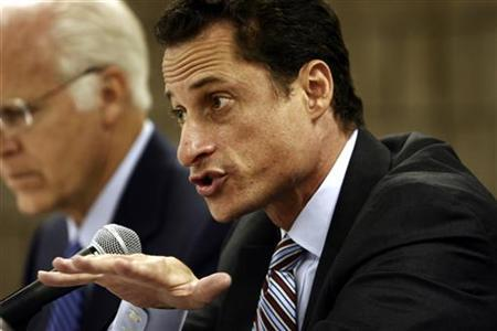 Congressman Anthony Weiner (D-NY) questions a witness at the House Subcommittee on National Security, Emerging Threats and International Relations about the health effects of the September 11 terrorist attacks in New York, September 8, 2006. REUTERS/Nicholas Roberts