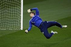 """<p>Голкипер """"Шальке-04"""" Мануэль Нойер отбивает мяч во время тренировки на стадионе """"Олд Траффорд"""" в Манчестере 3 мая 2011 года. Голкипер Мануэль Нойер согласовал условия пятилетнего контракта с """"Баварией"""" и присоединится к мюнхенской команде в следующем месяце после медицинского обследования, сообщила """"Бавария"""". REUTERS/Ina Fassbender</p>"""