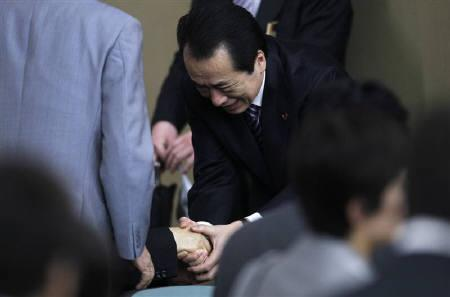 Japanese Prime Minister Naoto Kan (C) shakes hands with a lawmaker during a meeting with members of his ruling Democratic Party of Japan (DPJ) in Tokyo June 2, 2011. REUTERS/Kim Kyung-Hoon