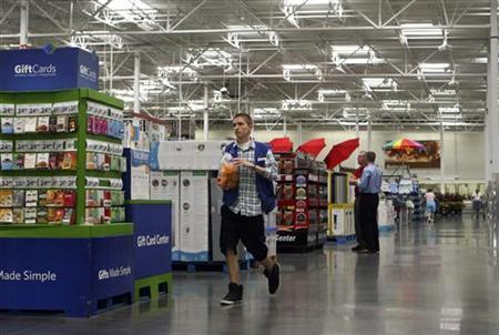 An employee walks down the new center aisle at a remodelled Sam's Club in Rogers, Arkansas June 3, 2010. REUTERS/Sarah Conard