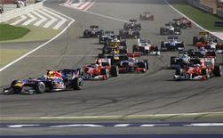 """<p>Пилоты """"Формулы 1"""" входят в первый поворот на """"Гран-при Бахрейна"""" 14 марта 2010 года. Этап """"Формулы 1"""" в Бахрейне, отмененный в марте из-за народных волнений, все же состоится в нынешнем году, сообщил в пятницу руководитель бахрейнской трассы """"Сахир"""". REUTERS/Caren Firouz</p>"""