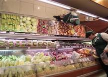 <p>Сотрудница магазина накладывает овощи в Москве, 3 июня 2011 года. Россия, ограничившая недавно ввоз овощей из ЕС из-за угрозы кишечной инфекции, усилит контроль за импортом продовольствия с Украины, где зафиксирована вспышка холеры, сообщил в понедельник Роспотребнадзор. REUTERS/Alexander Natruskin</p>