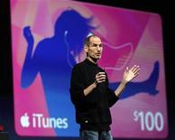 """<p>Foto del lunes de Steve Jobs, presidente ejecutivo de Apple Inc, que apareció en público para dar a conocer el """"iCloud"""", un servicio que la compañía espera potencie su próxima etapa de crecimiento y popularice las aplicaciones para consumidores sobre la base de internet. Jun 6, 2011. REUTERS/Beck Diefenbach</p>"""