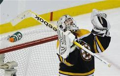 """<p>Голкипер """"Бостона"""" Тим Томас радуется победе над """"Ванкувером"""", 6 июня 2011 года. """"Бостон"""" разгромил """"Ванкувер"""" 8-1, вернув интригу в финальную серию Кубка Стэнли. REUTERS/Brian Snyder</p>"""