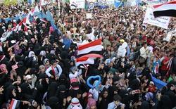 <p>Люди на антиправительственной демонстрации в Сане 5 июня 2011 года. Правительство Йемена должно незамедлительно воспользоваться отсутствием в стране президента Али Абдулла Салеха для мирной передачи власти, заявили США. REUTERS/Khaled Abdullah</p>