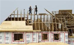 <p>Builders work on the the roof of a new home under construction in the Montreal suburb of Brossard, August 10, 2010. REUTERS/Shaun Best</p>