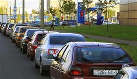 <p>Водители стоят в очереди на АЗС в Минске 23 мая 2011 года. Президент Белоруссии Александр Лукашенко в среду приказал снизить цены на бензин, которые были повышены со вторника, после прошедшей накануне поздно вечером акции протеста автомобилистов, передало государственное агентство БелТА. REUTERS/Vasily Fedosenko</p>