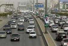 <p>Cars travel along King Fahad main road in Riyadh February 21, 2011. REUTERS/Fahad Shadeed</p>