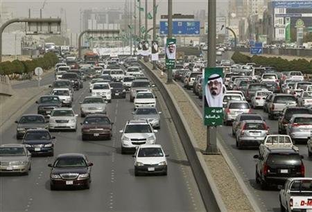Cars travel along King Fahad main road in Riyadh February 21, 2011. REUTERS/Fahad Shadeed
