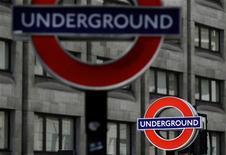 <p>Логотип лондонского метро, 1 июня 2010 года. Машинисты лондонского метро пригрозили рядом забастовок в знак протеста против увольнения коллеги, сообщил в четверг профсоюз RMT. REUTERS/Luke MacGregor</p>