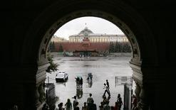 <p>Люди прячутся от ливня у входа в ГУМ в Москве 7 августа 2007 года. Длинные выходные в Москве будут дождливыми - синоптики прогнозируют ливни и грозы. REUTERS/Denis Sinyakov</p>
