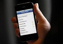 <p>A journalist uses the an application on a mobile phone in London in this January 31, 2011 file photo. REUTERS/Suzanne Plunkett</p>