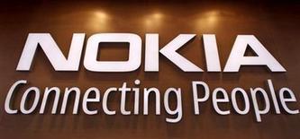 <p>Foto de archivo del logo de la firma Nokia en su tienda insigne de Helsinki, sep 29 2010. El fabricante de teléfonos celulares Nokia probablemente reciba cientos de millones de dólares de parte de Apple, tras la victoria de la compañía finlandesa en una disputa legal sobre la tecnología usada en los teléfonos iPhone de su archirrival. REUTERS/Bob Strong</p>