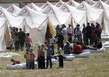 <p>Сирийские беженцы в лагере для переселенцев в приграничном турецком городе Бойнуэгин 13 июня 2011 года. Тысячи сирийцев покинули город Мааррат-эн-Нууман в страхе перед правительственными войсками, направленными на север ближневосточной страны для подавления акций протеста против президента Башара аль-Асада. REUTERS/Osman Orsal</p>