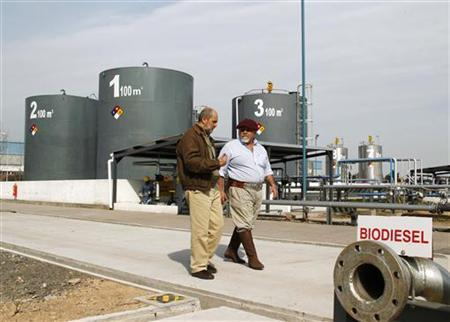 Jorge Kaloustian (L), President of Oilfox S.A., and agronomist Marcelo De Coud, walk past the country's first factory to make biodiesel from algae, in San Nicolas, northeast Buenos Aires August 22, 2010. REUTERS/Enrique Marcarian