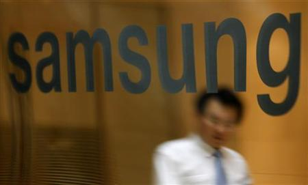 An employee of Samsung Electronics walks at a headquarters of the company in Seoul July 30, 2010. REUTERS/Lee Jae-Won