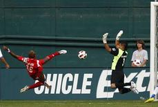 <p>El Salvador's goalie Miguel Montes (R) tries to defend against Panama's Luis Renteria (L) in the final minutes of their CONCACAF Gold Cup quarter-final soccer match in Washington June 19, 2011. REUTERS/Hyungwon Kang</p>