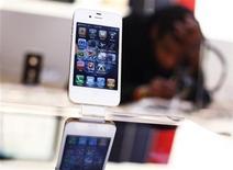 <p>Foto de archivo de un teléfono iPhone de Apple en una tienda de la firma en Nueva York, mayo 23 2011. El fabricante estadounidense de computadoras Apple estudia lanzar en septiembre un nuevo iPhone con un chip más rápido para el procesamiento de datos y una cámara más avanzada, dijo Bloomberg. REUTERS/Shannon Stapleton</p>