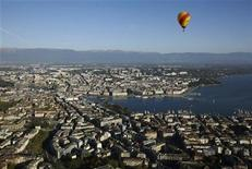 <p>A hot air balloon flies above the city of Geneva April 10, 2011. REUTERS/Denis Balibouse</p>