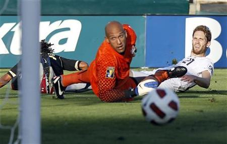Goal keeper Tim Howard and Clarence Goodson (R) of the U.S. watch a shot by Mexico's Giovani Dos Santos (L) go wide of the goal during their CONCACAF Gold Cup final soccer match at the Rose Bowl in Pasadena, California June 25, 2011. REUTERS/Lucy Nicholson