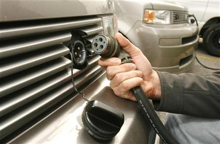 A power plug is removed from an electric-powered vehicle in Newark, Delaware, March 25, 2010. REUTERS/Tim Shaffer