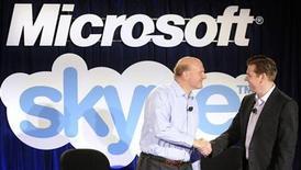 <p>Foto de archivo. El director ejecutivo de Microsoft Steve Ballmer saluda a su homólogo de Skype, Tony Bates, en una conferencia conjunta en San Francisco REUTERS/Susana Bates</p>