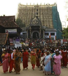 Devotees leave Sree Padmanabhaswamy temple after offering prayers on the eve of Pongala festival in Thiruvananthapuram, capital of Kerala February 18, 2011. REUTERS/Sivaram V/Files