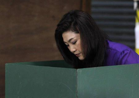 Puea Thai Party's Yingluck Shinawatra casts her vote at a polling station in Bangkok July 3, 2011. REUTERS/Sukree Sukplang