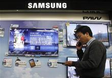 <p>Un stand Samsung dans un magasin de Séoul. Samsung Electronics a renoncé à poursuivre Apple pour atteinte au droit de la propriété intellectuelle, a rapporté l'agence Bloomberg, citant Nam Ki Yung, un porte-parole du groupe coréen. /Photo d'archives/REUTERS/Truth Leem</p>