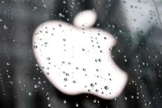 <p>The Apple Inc. logo is seen through raindrops on a window outside of the New York City flagship Apple store in New York, January 18, 2011. REUTERS/Mike Segar</p>