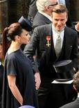 <p>El futbolista inglés David Beckham y su esposa Victoria volvieron a ser padres el domingo, sumando una hija a los tres varones que ya conformaban la familia. En la foto David Beckham, a la derecha, acaricia el estómago de su esposa embarazada, Victoria, durante la boda real del Príncipe Guillermo y Kate Middleton en Londres, el 29 de abril del 2011. REUTERS/Jon Bond/POOL (REINO UNIDO)</p>