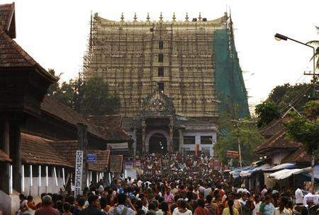 Devotees throng to Sree Padmanabhaswamy temple after offering prayers on the eve of Pongala festival in Thiruvananthapuram, capital of the southern Indian state of Kerala February 18, 2011. REUTERS/Sivaram V