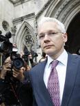<p>El fundador de WikiLeaks, Julian Assange, a su salida de la Alta Corte de Londres, jul 13 2011. Dos jueces británicos aplazaron el miércoles la decisión sobre si permitir que el fundador de WikiLeaks, Julian Assange, sea extraditado a Suecia para enfrentar cargos de agresión sexual. REUTERS/Suzanne Plunkett</p>