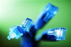 <p>un groupe de dirigeants de groupes télécoms plaide pour que l'Europe fasse preuve de souplesse en matière de réglementation et permette aux opérateurs télécoms de faire payer les fournisseurs de contenus afin d'accélérer le déploiement du haut débit. /Photo d'archives/REUTERS/Tim Wimborne</p>