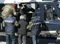 <p>Un arresto per 'Ndrangheta effettuato dai carabinieri in un'immagine d'archivio. REUTERS/Antonino Condorelli</p>
