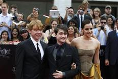 "<p>Cast members (L-R) Rupert Grint, Daniel Radcliffe and Emma Watson arrive for the premiere of the film ""Harry Potter and the Deathly Hallows: Part 2"" in New York July 11, 2011. REUTERS/Lucas Jackson</p>"