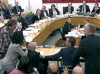 <p>Momento en el que una persona (izquierda en la imagen) lanza un plato con espuma blanca al jefe de News Corp, Rupert Murdoch, durante su audiencia ante una Londres, jul 19 2011. Una persona lanzó el martes un plato con espuma blanca al jefe de News Corp, Rupert Murdoch, durante una audiencia con una comisión Parlamentaria británica por el escándalo de escuchas telefónicas que afecta a su compañía. REUTERS/Parbul TV via Reuters Tv Imagen para uso no comercial, ni ventas, ni archivos. Solo para uso editorial. No para su venta en marketing o campañas publicitarias. Esta imagen fue entregada por un tercero y es distribuida, exactamente como fue recibida por Reuters, como un servicio para clientes.</p>