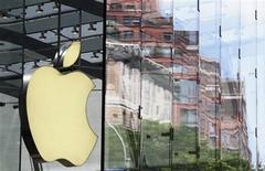 <p>Foto de archivo del logo de Apple reflejado desde un ventanal en una tienda de la firma en Nueva York, jul 19 2010. Apple reportó el martes una utilidad de 7,79 dólares por acción para su tercer trimestre fiscal con ventas por 28.570 millones de dólares. REUTERS/Lucas Jackson</p>